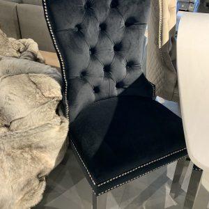 Adriana zwarte velours stoelen met zilveren poten en met studs afwerking