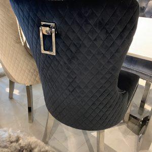 Adriana zwarte stoel met luxe afwerking aan de achterkant met ring