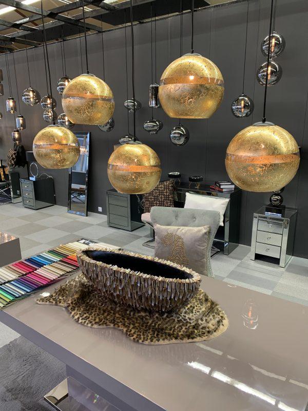 Zeer luxe hanglamp van 5 glazen bollen aan de buitenzijde voorzien van bladgoud. Hierdoor ontstaat een bijzonder effect met een zeer luxueuze uitstraling. De Magna 5 lichts is een blikvanger voor boven de eettafel.