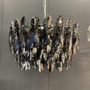 Schitterende hanglamp Lazo met smoke kristallen. Deze lamp zal de ruimte laten schitteren en geeft een extra allure aan uw interieur. De Lazo is mooi te combineren met de lange variant voor boven de eettafel.
