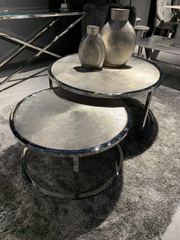 Met deze salontafels Meera haal je een multifunctionele set van tafels in huis! De set combineert twee mooie salontafels die apart als bijzettafel gebruikt kunnen worden of gezamenlijk als salontafel. De twee salontafels hebben afzonderlijk de volgende maten; Groot 90 x 45 cm + klein 68 x 38 cm De tweedelige set heeft praktische mogelijkheden om ze op te bergen, omdat de tafels perfect in elkaar te schuiven zijn. De salontafels Meera zijn handgemaakt waardoor geen twee stukken identiek zijn. Omdat ze handgemaakt zijn, kunnen er kleine oneffenheden voorkomen. Echter maakt dit juist iedere salontafel tot een unicaat met een authentiek karakter! nesting aluminium staal rvs