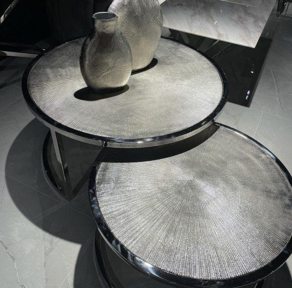 Met deze salontafels Meera haal je een multifunctionele set van tafels in huis! De set combineert twee mooie salontafels die apart als bijzettafel gebruikt kunnen worden of gezamenlijk als salontafel. De twee salontafels hebben afzonderlijk de volgende maten; Groot 90 x 45 cm + klein 68 x 38 cm De tweedelige set heeft praktische mogelijkheden om ze op te bergen, omdat de tafels perfect in elkaar te schuiven zijn. De salontafels Meera zijn handgemaakt waardoor geen twee stukken identiek zijn. Omdat ze handgemaakt zijn, kunnen er kleine oneffenheden voorkomen. Echter maakt dit juist iedere salontafel tot een unicaat met een authentiek karakter!
