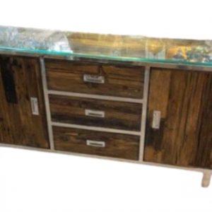Schitterende sleeperwood dressoir bestaande uit 3 lades en 2 deuren met planken. Gemaakt van wagonhout en RVS wordt compleet geleverd met een facet geslepen glasplaat.