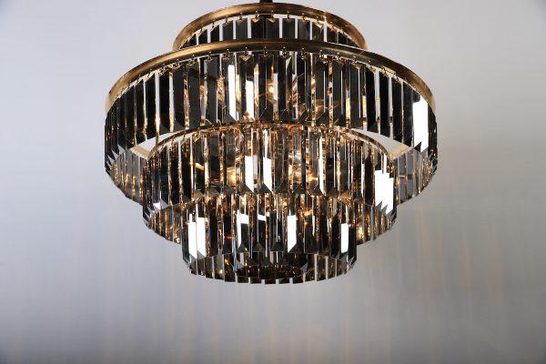 De Alcor hanglamp is een chique hanglamp met antraciet kleur glazen staven. De lamp wordt geleverd met een ketting in de kleur goud die verstelbaar is. De rand is afgewerkt met luxe mat goud kleur. In de lamp zitten 10xE14 lampjes waardoor er genoeg licht is. Extra informatie: - 10 x E14 fittingen - Afmeting 80 dia en 50 cm hoog. - Ketting is in te korten. - Artikel is dimbaar ( dimmer niet meegeleverd )