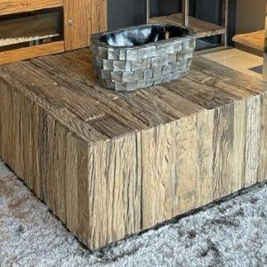 Salontafel Blocci Sleeper Wood - Blok is stijlvol, stoer, robuust en heel erg trendy! Deze serie past prachtig bij een industrieel interieur. De salontafel is vervaardigd van stevig RVS blok poten en het bovenmateriaal is vervaardigd van karakteristiek, mooi verweerd recycled hout, voor een stoere uitstraling. Maak de inrichting compleet met de sleeperwood collectie. Beschikbaar in de maten: - Vierkant 100x100x45 cm - Rechthoek 130x70x45 cm