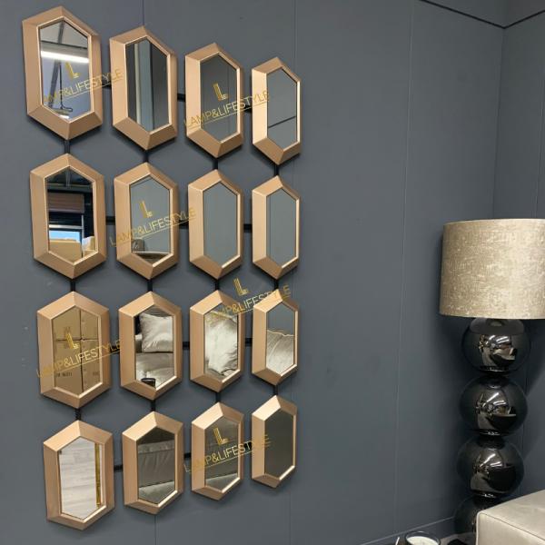 Deze exclusieve spiegel genaamd Beehive doet men ook denken aan honing raat model. Zijn spiegels geven een elegante en ruimtelijk maar luxueuze uitstraling. De Beehive mirror is echt een eye catcher in elke interieur. Je kan de spiegel horizontaal zowel verticaal ophangen. Wil je de ultieme luxe ervaring hang er 2 naast elkaar. Wil je een aparte spiegel in huis ga dan voor de Beehive mirror. Extra informatie: - Afmeting 170x100cm - Goud kleur